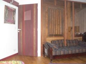 Le Petit Siam - Chambre dhotes Bangkok- porte -miroir-canapé