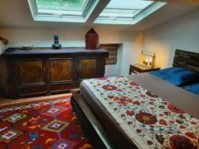 Chambre Ayuthaya - meuble mongolien- canapé algérien-tissus thailandais.
