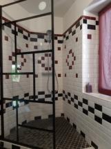 Une douche au carrelage rétro